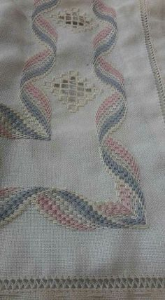 Risultati immagini per rose au bargello avec bordure ouvrageé Broderie Bargello, Bargello Needlepoint, Needlepoint Stitches, Needlework, Hardanger Embroidery, Learn Embroidery, Hand Embroidery Stitches, Embroidery Patterns, Lace Beadwork