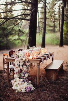Para una boda encantada en el bosque un camino de mesa floral con peonies, margaritas y dahlias por Atelier Joya.