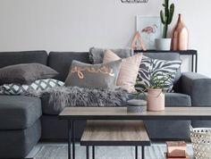 association de couleurs avec le gris, coussins déco roses et gris, lampe suspendue cage, tables gigognes