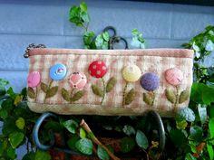 今天新完成的作品---圓圓花朵園鉛筆盒! 非常小巧可愛的造型,加上立體的圓圓胖胖花朵, 看到它就會不自覺微笑呢~!!                            *觀看更多 拼布包包 * 原始文章發...