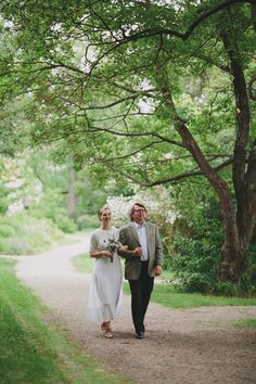 Take a look at the beautiful and relaxed garden wedding of Isa & Oliver in Schloss Mühlbach am Manhartsberg / Lower Austria. Wedding Dressses, Garden Wedding, Marriage, Couple Photos, Couples, Beautiful, Homecoming Dresses Straps, Valentines Day Weddings, Couple Shots