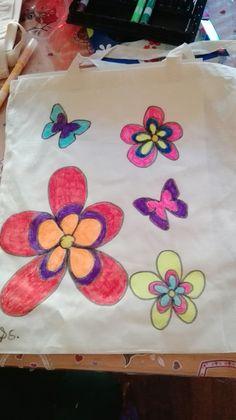 Borsa in tela dipinta con pennarelli appositi, per la festa della mamma (noi abbiamo scelto un tema hippie)