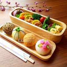 Beautiful & decorative rice ball onigiri bento box, with sides of chicken karaage, tamagoyaki, and various veggies Bento And Co, Bento Box Lunch, Japanese Sushi, Japanese Lunch Box, Food Plating Techniques, Bento Recipes, Cute Food, Food Design, Asian Recipes