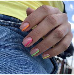 Semi-permanent varnish, false nails, patches: which manicure to choose? - My Nails Cute Acrylic Nails, Neon Nails, Nail Design Glitter, Nailart, City Nails, Nagel Blog, Bride Nails, Minimalist Nails, Dream Nails
