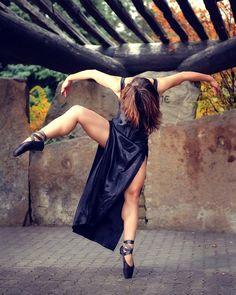 Outdoor dance portrait of Katie Ponozzo. Urban ballerina, Boise city park. By Mike Reid. #Ballet_beautie #sur_les_pointes  *Ballet_beautie, sur les pointes !*
