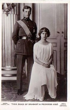 Prince Léopold, futur roi de Belgique avec sa soeur la princesse Marie-José, future reine d'Italie