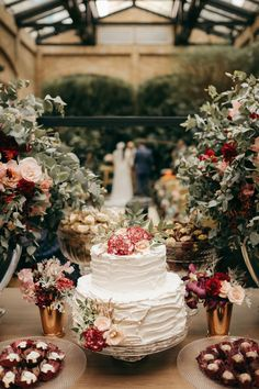 Mini wedding romântico no restaurante Cantaloup: Alessandra e Rafael Home Wedding, Wedding Table, Rustic Wedding, Dream Wedding, Wedding Day, Whimsical Wedding, Wedding Flowers, Romantic Wedding Receptions, Romantic Weddings