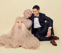 We can feel the happiness just from seeing this picture.Cant wait to see more photps of Citra Kirana and Rezky Adhitya 😍 - Photo: Karina Yasmine Pre Wedding Poses, Pre Wedding Shoot Ideas, Pre Wedding Photoshoot, Foto Wedding, Dream Wedding, Wedding Prep, Muslim Wedding Photos, Korean Wedding Photography, Fashion Photography