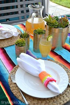 Make these easy piñata inspired napkin rings to add fun color to your Cinco de Mayo tablescape! Mexican Dinner Party, Mexican Fiesta Party, Mexican Night, Birthday Dinners, Diy Birthday, Birthday Gifts, Mexican Party Decorations, Taco Party, Decoration Table