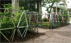 Foto della recinzione da giardino realizzata con parti di biciclette