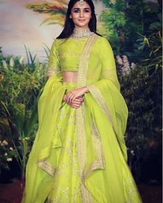 Ropa Tutorial and Ideas Lehenga Designs, Indian Attire, Indian Ethnic Wear, Indian Dresses, Indian Outfits, Indian Clothes, Mumbai, Indische Sarees, Simple Lehenga