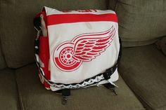http://may3377.blogspot.com - This Red Wings messenger bag - want!