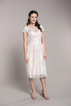 Krótka, koronkowa suknia z delikatnym, różowym spodem