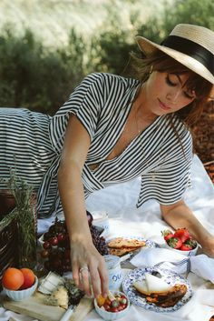 It's Picnic Season! Jenny Cipoletti of Margo and Me styling a French-inspired picnic in Napa, California Summer Picnic Outfits, Dress Summer, Spring Outfits, French Picnic, Outfits Fiesta, Picnic Date, Vintage Outfits, Vintage Fashion, Summer Picnic