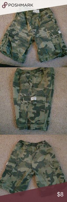 Children's Place boys camo shorts 🔷️🔹️🔹️ Military cargo shorts with pockets in. Great condition! Stretch waist. So adorable 🔷️🔹️🔹️ Children's Place Bottoms Shorts