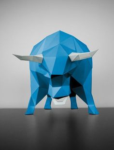 This standing figure in blue & white is fortunately only made of paper - in fact, from high-quality FSC-certified paper from sustainable forestry. The paper animal with the dream dimensions 30 x 27 x 48 cm is admired by bodybuilders, and even with couch potatoes, the sight of this muscle package in the low poly design makes an awesome impression.