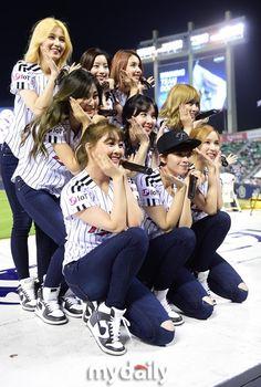 31日の午後、TWICEがソウル蚕室(チャムシル) 野球場で行われた「2016 タイヤバンク KBOリーグ」LGツインズ対起亜タイガースの試合で始球式に参加し、祝賀公演も披露した。 - 韓流・韓国芸能ニュースはKstyle