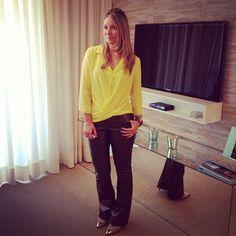 Camisa amarela + calça de couro metalizado para os dias indecisos [não esfria, nem esquenta]! ;)