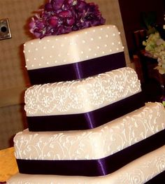 I want a purple wedding cake -InvitesWeddings.com