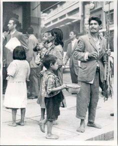 1953 - Índios guaranis pelas ruas do centro de São Paulo.