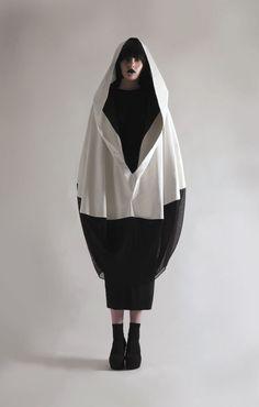 Sculptural Fashion - monochrome cocoon coat with ovoid silhouette - Olivia Hearnshaw Fashion Week, Fashion Art, Womens Fashion, Fashion Design, Minimal Fashion, White Fashion, Fashion Silhouette, Inspiration Mode, Sculptural Fashion