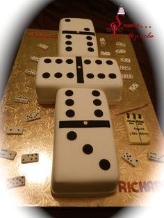 Bizcocho en forma de dominó. Detalles en pasta laminada y pastillaje.