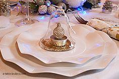 Décor de table pour Noël, blanc et or http://www.a-table-la-deco.com/les-fetes-du-moment/chalet-du-cerf.html