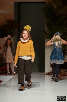 Petit Style Walking Madrid - Colección Chocolat CND by Cóndor - Pantalones tweed, blusa con cuello volantes, jersey curry