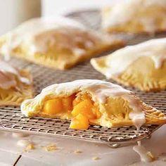 Bourbon Peach Mini Pies Recipe These mini peach pies are the perfect treat. Empanadas, Mini Peach Pies, Mini Pies, Pie Recipes, Dessert Recipes, Cooking Recipes, Recipies, Just Desserts, Mini Desserts