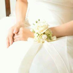 手元までも美しく*お花いっぱいのリストブーケがロマンティックできゅん♡にて紹介している画像