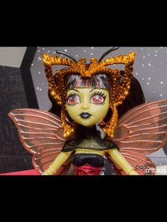 Monster High Boo York Boo York Luna Mothews. Luna is daughter of the Moth Man. Looks like Bonita's got a new friend