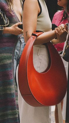 Leather Bag Design, Leather Bag Pattern, New York Fashion Week Street Style, Nyfw Street Style, Leather Bags Handmade, Leather Craft, Purses And Handbags, Leather Handbags, Fashion Bags