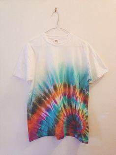 Spiral tie-dye t-shirt diy tie dye shirts, tie dye shorts, dye t Diy Tie Dye Shirts, Tie Dye Shorts, T Shirt Diy, Dye T Shirt, Tie Dye Crafts, Marker Crafts, Spiral Tie Dye, Tie Dye Fashion, Tie Dye Techniques