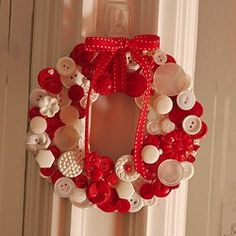 Button Wreath - By: Craftapalooza  http://www.allfreeholidaycrafts.com/DIY-Christmas-Decorations/Cute-as-a-Button-Wreath/ct/1