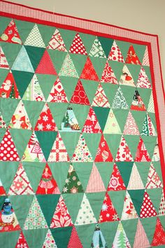 Retro-inspired Christmas quilt featuring fussy-cut reproduction vintage Christmas prints and different shades of green, Kona solids. Christmas Tree Quilt, Christmas Quilt Patterns, Christmas Sewing, Retro Christmas, Christmas Projects, Christmas Quilting, Xmas, Purple Christmas, Christmas Tables