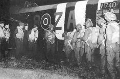 Un stick de parachutistes britanniques embarque dans un bombardier. Ces appareils ne sont pas prévus pour le largage de parachutistes et ne possèdent aucune porte latérale. Les hommes doivent monter à bord par le dessous du fuselage. Paratroopers, England, june 5 1944.