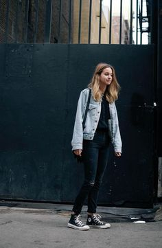 Women's Light Blue Denim Jacket, Black Crew-neck T-shirt, Black . Woman Denim Jacket black shirt with denim jacket woman Looks Con Converse, Outfits With Converse, Jean Outfits, Casual Outfits, Jeans Converse Outfit, High Cut Converse Outfit, Converse High Tops How To Wear, Converse Fashion, White High Top Sneakers