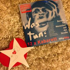 """Hab mir gestern die Soli-CD """"was tun?""""'bei meiner Fiftyfifty-Verkäuferin-des-Vertrauens abgeholt. Zwar noch nicht ins Hörbuch reingehört aber bei KünstlerInnen wie Beikircher Ehring Knebel Pispers Rether Teubner usw kann man wenig falsch machen :-) Eigentlich perfekt als kleines Geschenk... #duesseldorf #bilk #urban"""