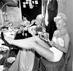 Chorus girls in dressing room backstage at La Scala opera house in Milan, photo by Slim Aarons, November 1948