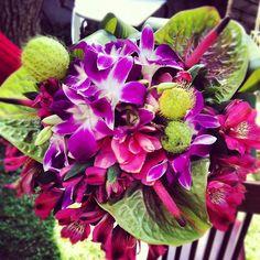 ramo con orquídeas, bombis, anturios ..    Een tropisch boeket et orchideen, Alstroemeria, Cyclaam en Anthurium. De spadix van de Anthurium heeft dezelfde kleur als de Alstroemeria.