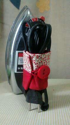 Sugestão de SilMez/Brasil/ Organizador de fio de ferro elétrico. Uma retângulo em tecido ou feltro tendo nas pontas  um passador  de cordão ou elástico e um botão. Simples e prático!