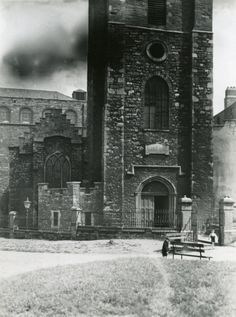 St Audoens Church in the late Ireland Pictures, Old Pictures, Old Photos, Irish Independence, Photo Engraving, Call Of Cthulhu, Dublin City, Dublin Ireland, Past