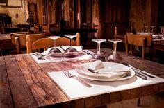 Przy stole obowiązują pewne zasady dobrego wychowania, które regulują sadzanie gości. Miejsce każdego powinno być nie tylko wygodne, lecz opierać się na komfortowym towarzystwie.