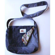 Messenger bag - Free pattern and tutorial Ce sac besace adapté aux enfants est bien pratique pour transporter des jouets, des petits livres ou même le goûter. Il comporte une poche à l'intérieur. Vous pouvez décorer le rabat pour le personnaliser.