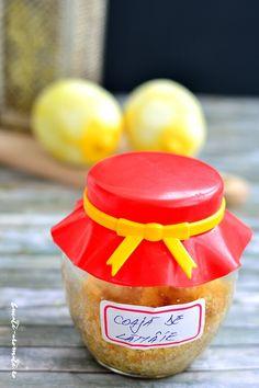 Coaja de lamaie cu zahar la borcan, un aromatizant pentru prajituri folosit dintotdeauna de bunicile si de mamele noastre. Ieftin si la indemana oricui.