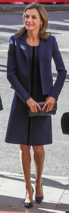 La Reina Letizia ha vuelto a ponerse su traje azul klein de Felipe Varela en su visita a Valencia junto al Rey.