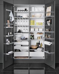 Despenseros en los armarios de una cocina
