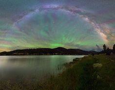 Viernes 21 de Octubre de 2016         ¿Por qué el cielo parece un abanico gigantesco? Por la luminiscencia. Esta fotografía, tomada el veran...