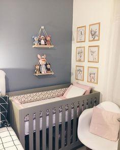 SHOW!😍Quarto compartilhado entre bebê e mamãe/papai, com decoração bem planejada, nas cores cinza e rosa, superfofa! Aqui, a divisão de… Shared Baby Rooms, Baby Storage, Baby Bedroom, Small Apartments, Future Baby, My Dream Home, Ideas Para, Cribs, Toddler Bed
