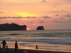 Atardecer en la playa de Atacames, Ecuador